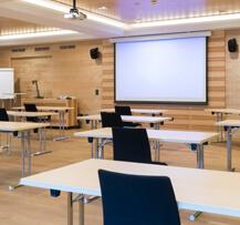 Ein leerer Präsentationssaal mit Projektor.